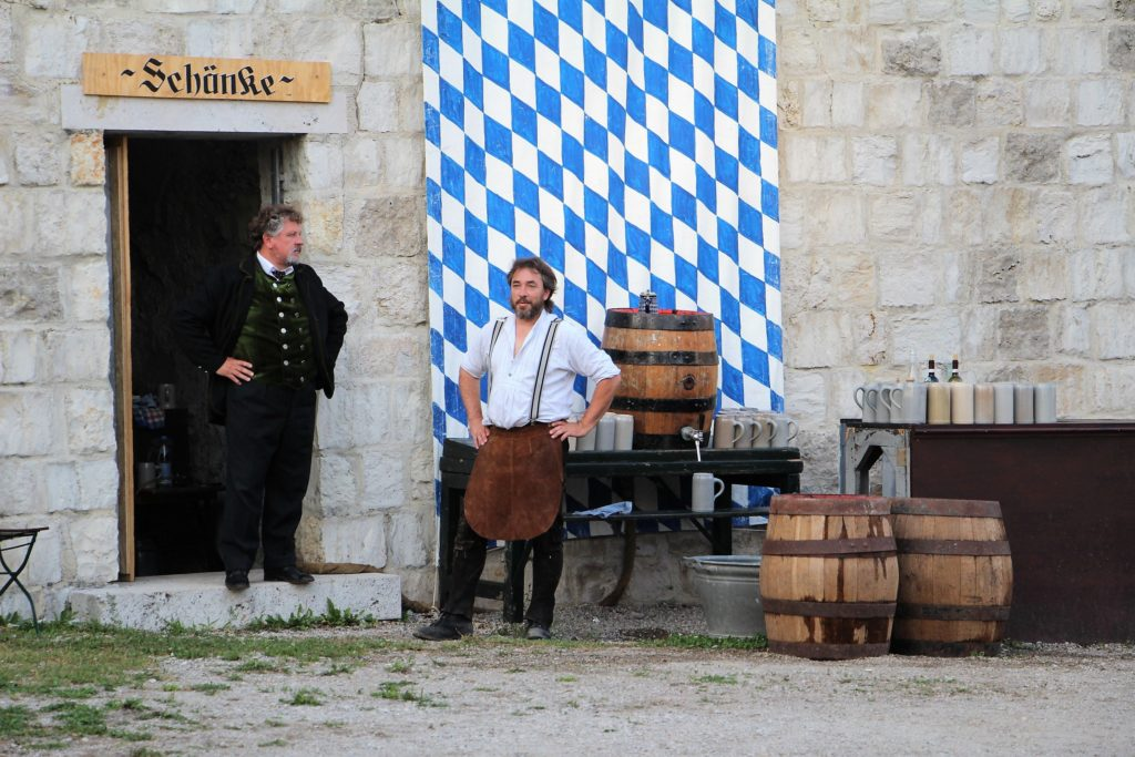 Costumes bavarois, au château de Vohburg an der Donau, en Allemagne