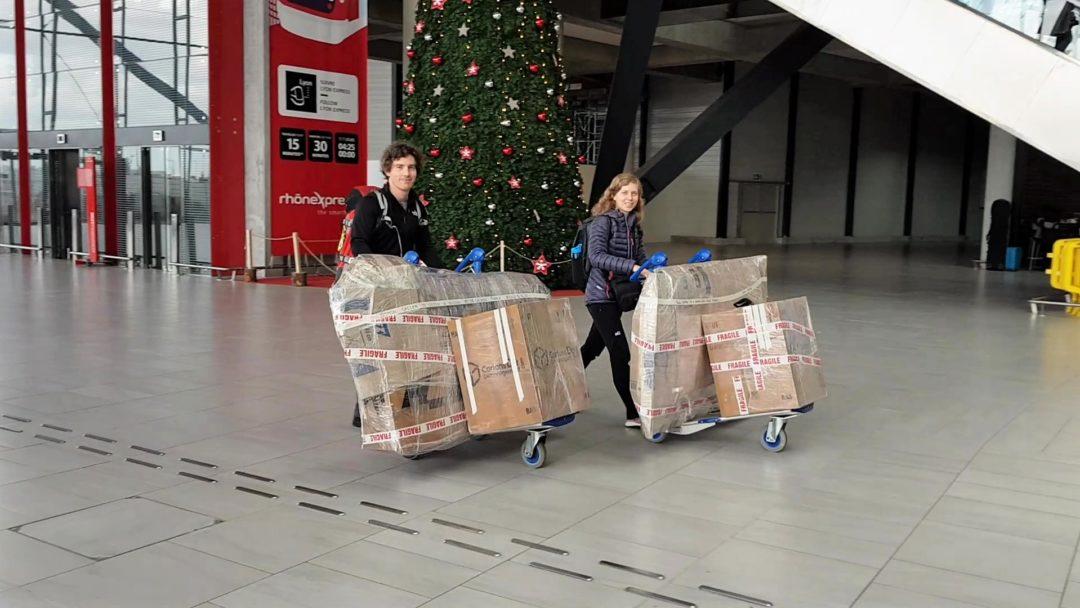 A l'aéroport de Lyon, avec nos vélos emballés, prêts pour le départ !