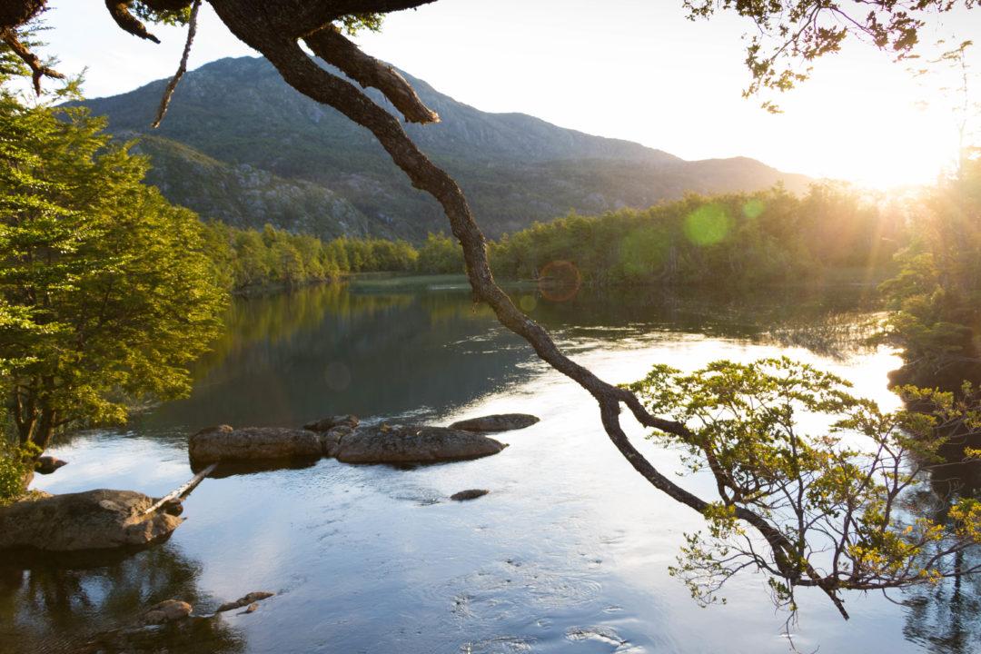 Coucher de soleil sur un petit lac, lieu de notre bivouac du soir, sur la Carretera Austral