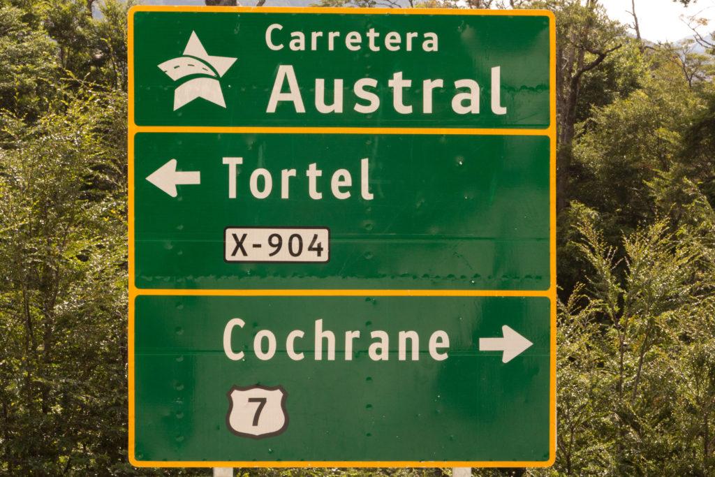 Un panneau de direction, sur la Carretera Austral