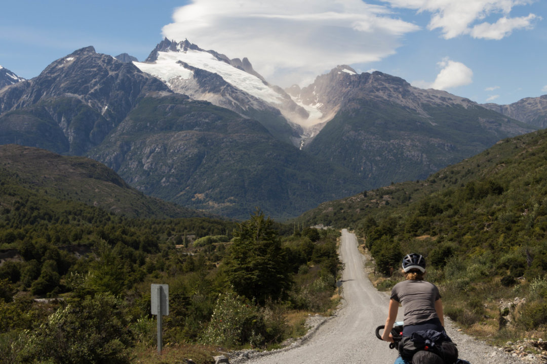 Pauline qui roule face au glacier, sur la Carretera Austral