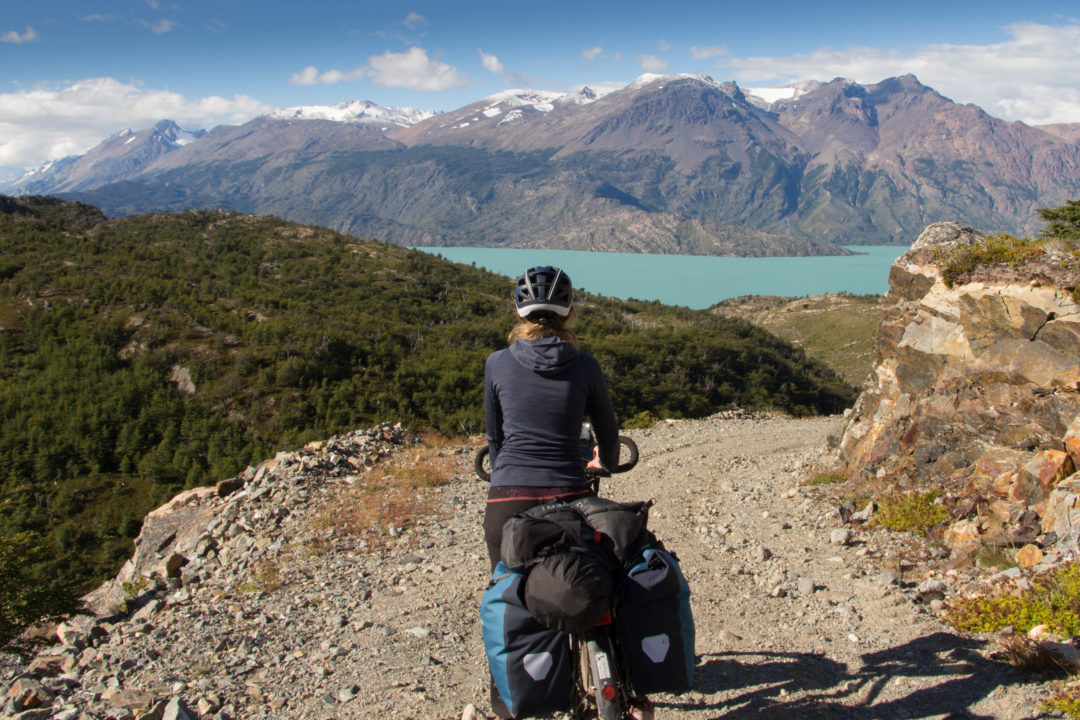 L'arrivée sur la Carretera Austral : Pauline face au lac O'Higgins