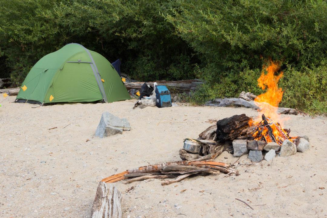Notre bivouac sur la plage, avec un feu de camp, au bord du Lago Yelcho, Carretera Austral