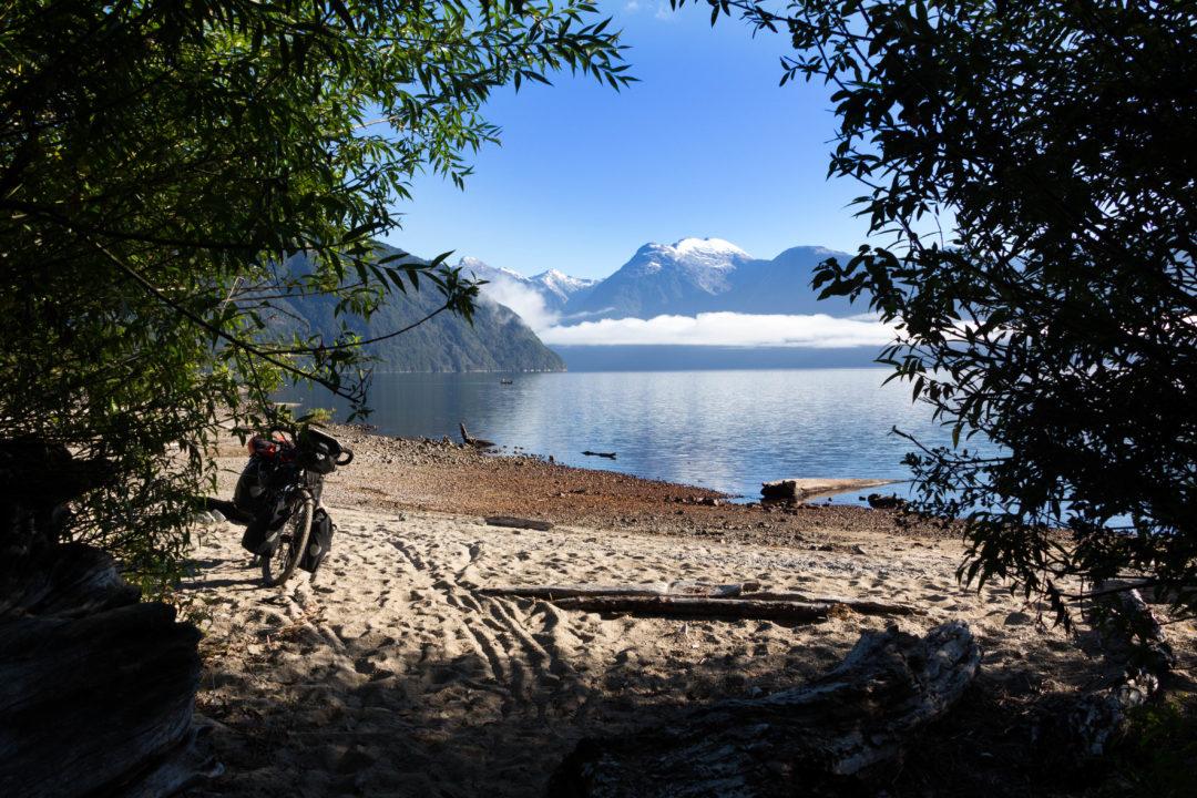 L'entrée sur le Lago Yelcho, avec la plage, Carretera Austral