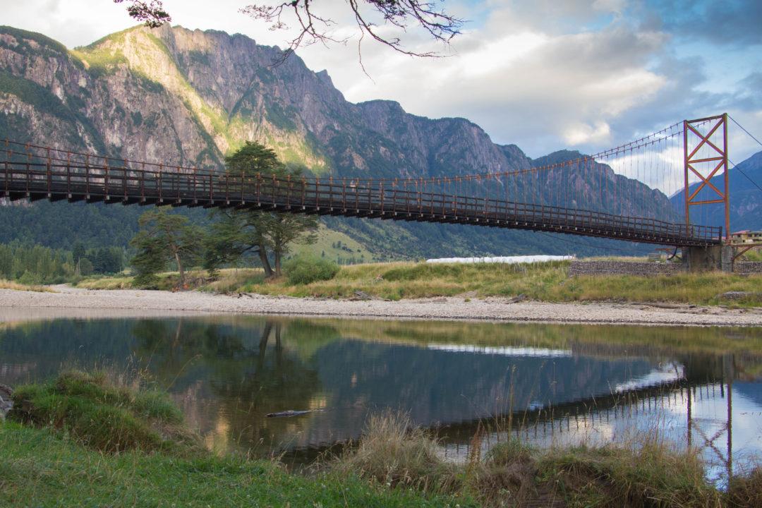 Un autre beau lieu de bivouac sur la Carretera Austral, au bod du Rio Simson, avec vue sur le beau pont et les montagnes