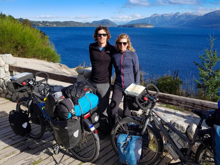 Les Increvables Voyageurs, devant le lac Nahuel Huapi, proche de Bariloche, Argentine