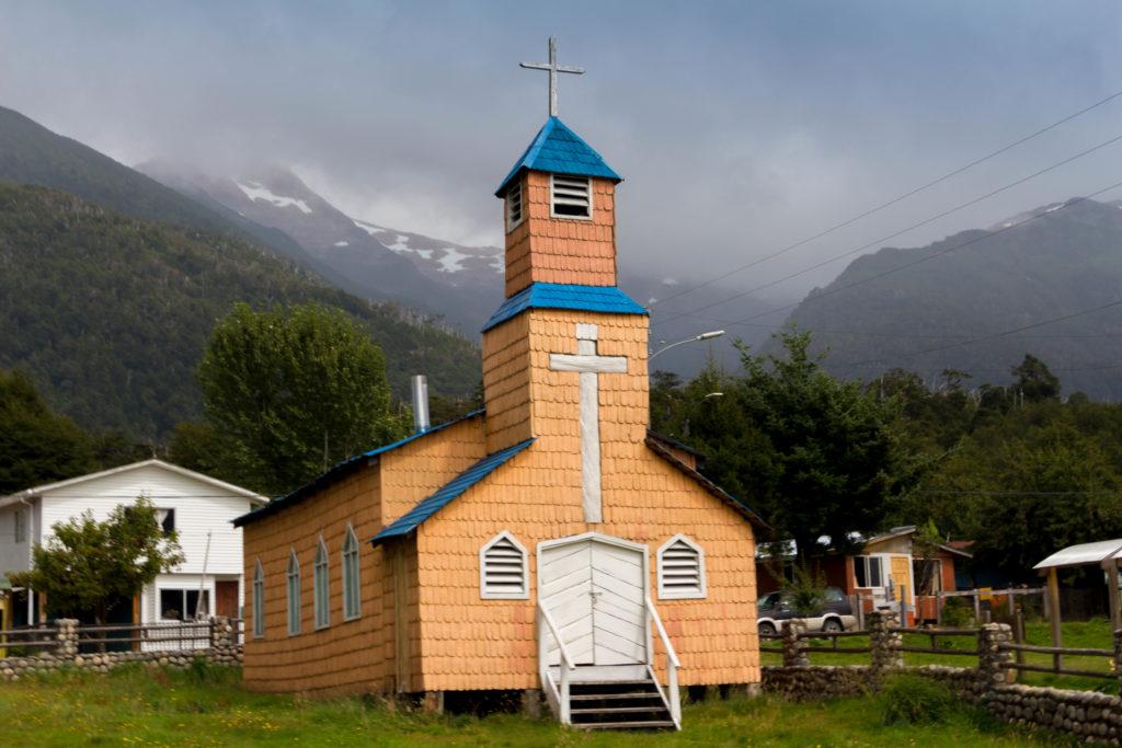 La petite église aux couleurs surprenantes du village de Villa Amengual