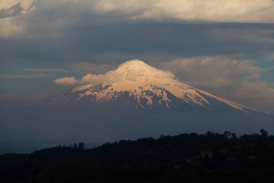 Coucher de soleil sur le Volcan Villarica, au Chili