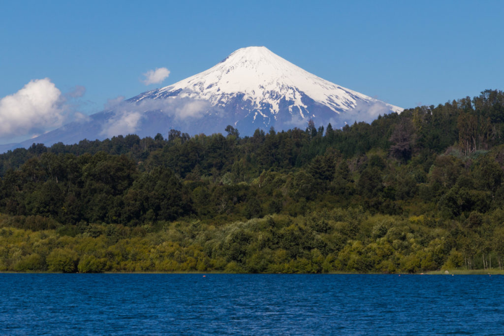 Le volcan Villarica, qui surplombe le lac du même nom, au Chili