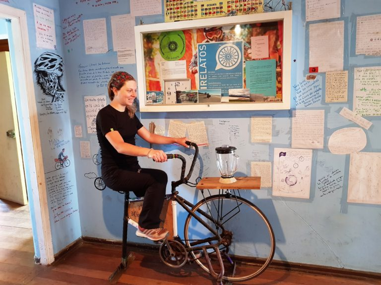 Pauline s'amuse avec le vélo-mixeur de la Casa del Ciclista de San Antonio :)