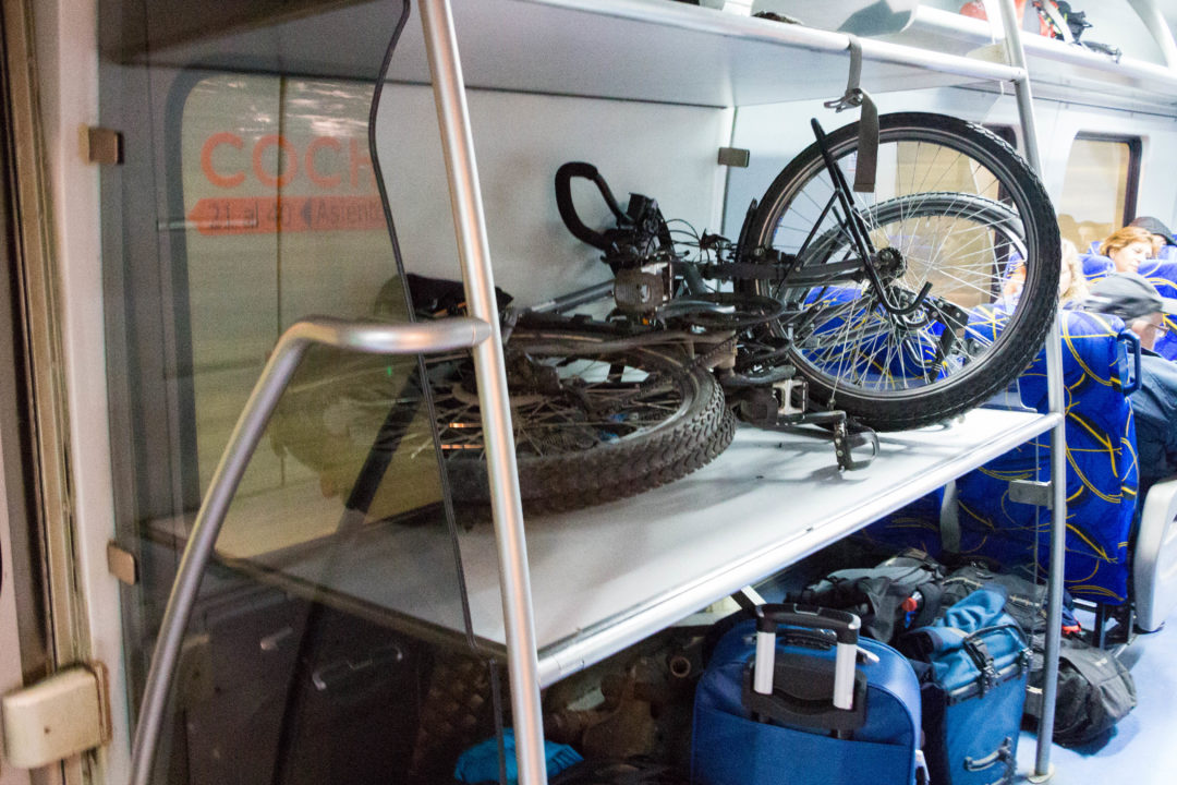 Nous mettons les vélos dans le train, et c'est parti !