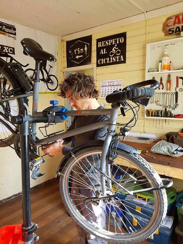 A la Casa del Ciclista de San Antonio, il y a un bel atelier de vélo : Simon en profite pour faire une petite révision de nos vélos !