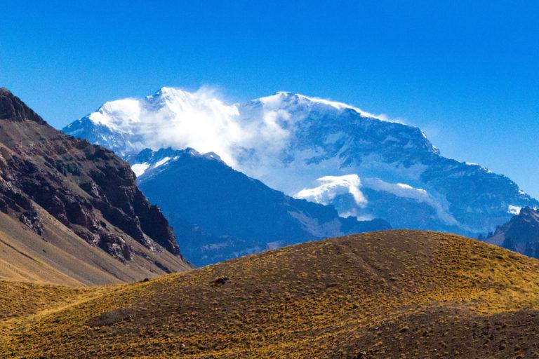 L'Aconcagua, plus haut sommet d'Amérique du Sud (6962m), vu depuis le passage du col du Cristo Redentor