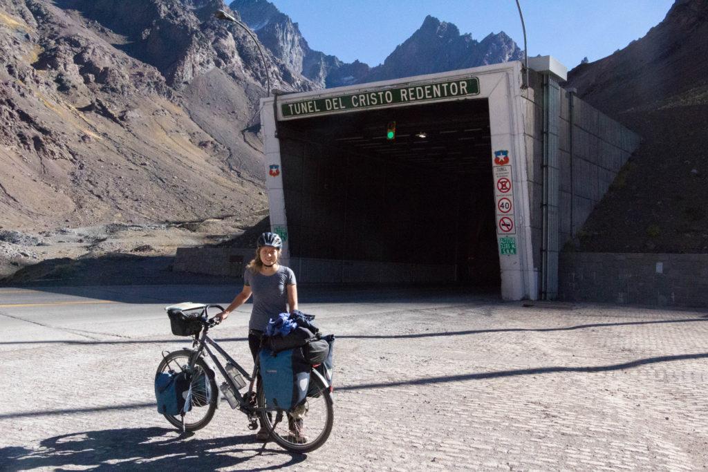 Pauline, à l'entrée du tunnel du passage du Cristo Redentor, à 3185m d'altitude !