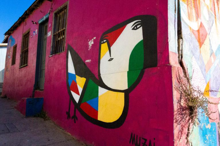 Mural rouge sur le cerro de Bellavista à Valparaiso