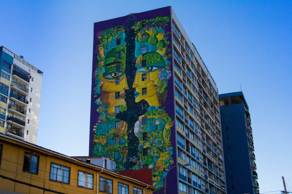 Mural géant de Un Kolor Distinto, à Valparaiso