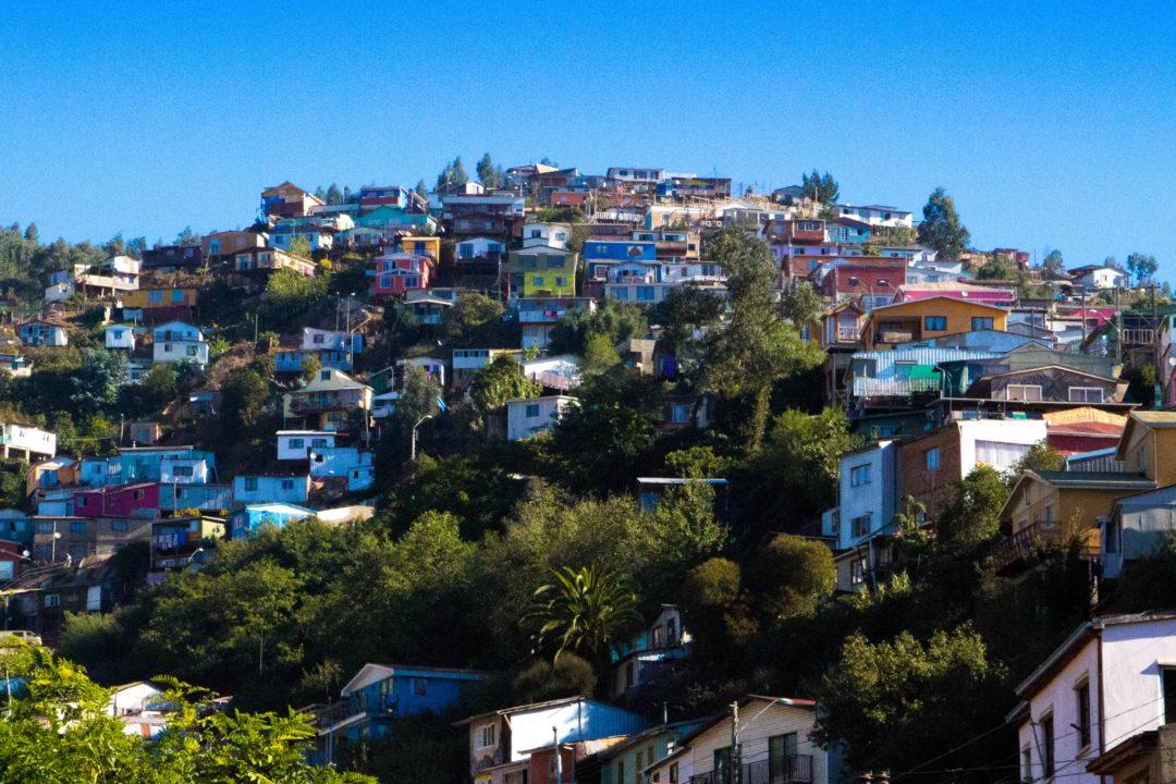 Vue sur les collines colorées de Valparaiso