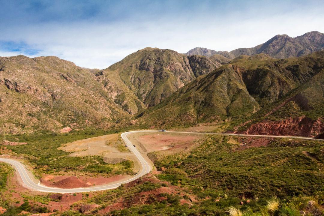 Les lacets dans la montée du col du massif du mont Belgrano