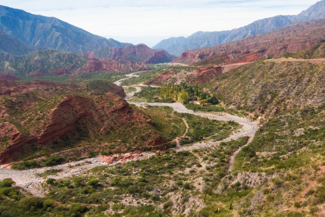 Dans la Cuesta de Miranda, après le passage du col, vue sur les montagnes rouges et vertes