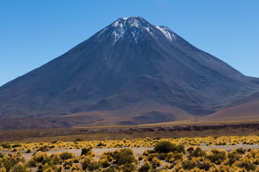 Le volcan Licancabur (5920 m), vu depuis le Paso de Jama