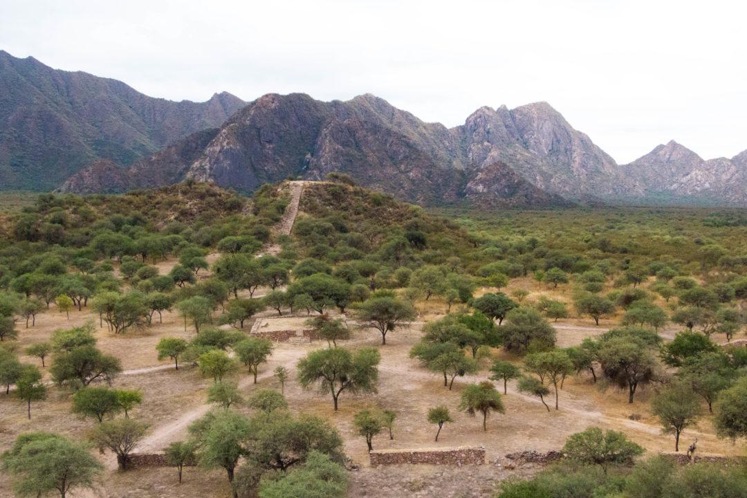 La montagne sacrée aux ruines incas d'El Shincal, près de Londres