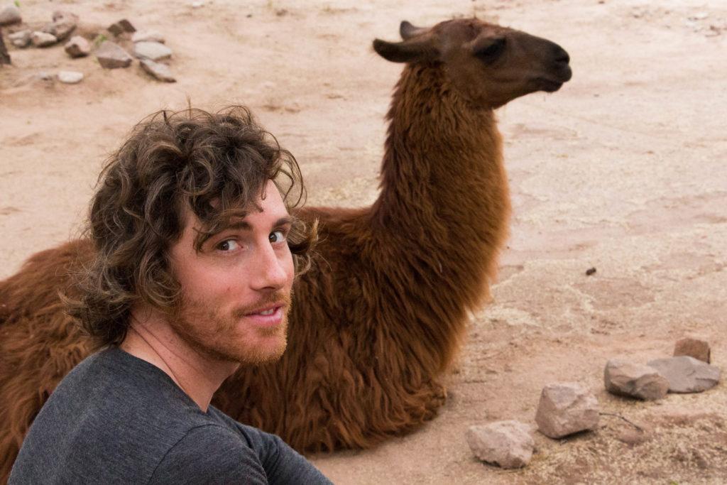 Simon prend la pause avec un lama, aux ruines incas d'El Shincal