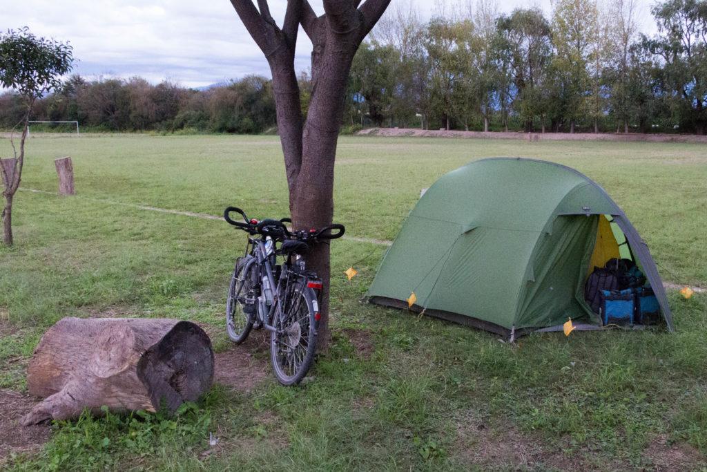 Avant d'arriver à Salta, nous plantons la tente près d'un terrain de foot privé, à La Merced