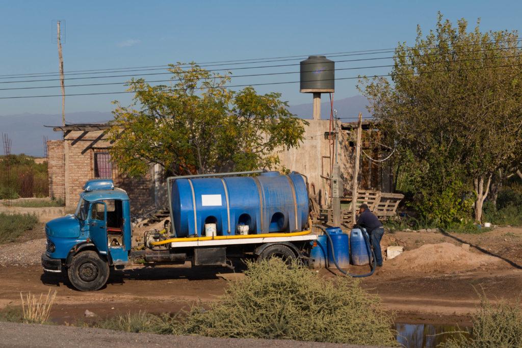 Dans certains villages isolés, l'approvisionnement en eau est réalisé par un camion de la municipalité