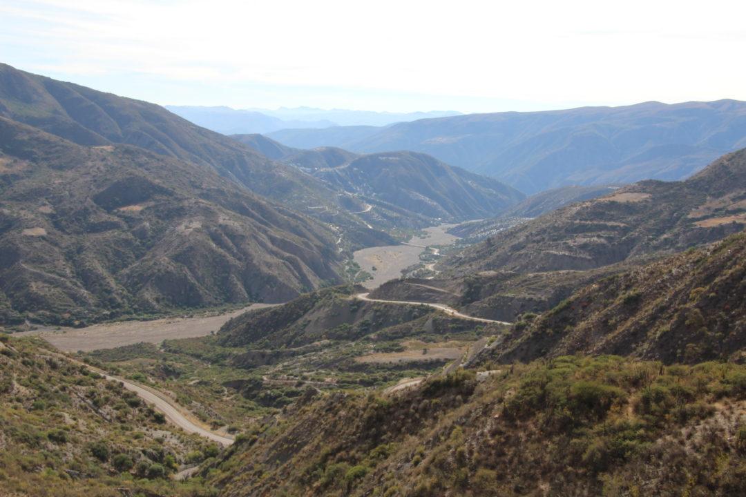 Une belle route qui descend, entre Potosi et Sucre