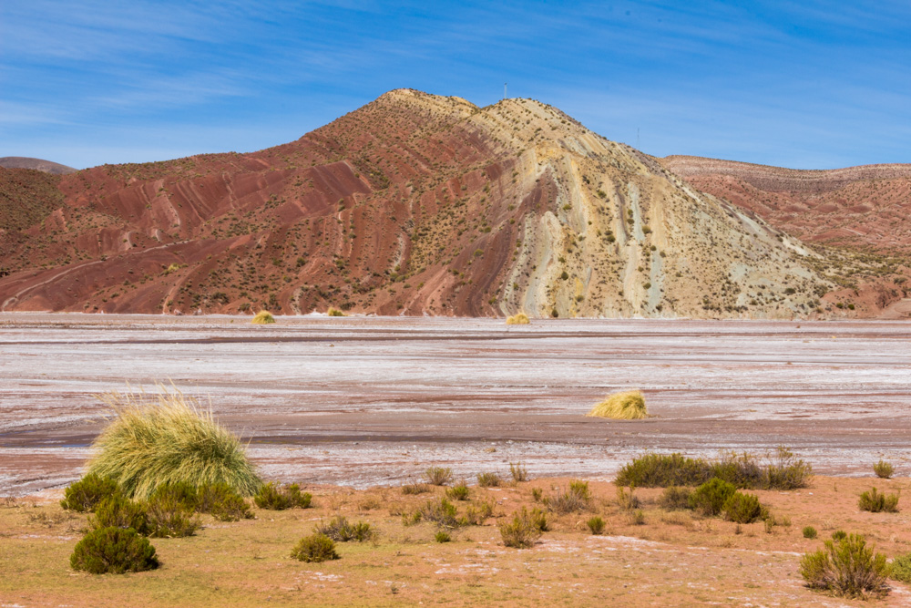 Paysage de montagnes colorées, sur la route entre Uyuni et Potosi