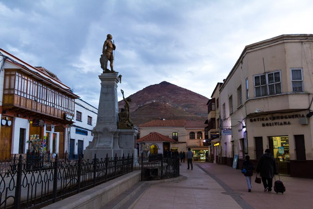 Dans la ville de Potosi, avec la mine du Cerro Rico en arrière plan