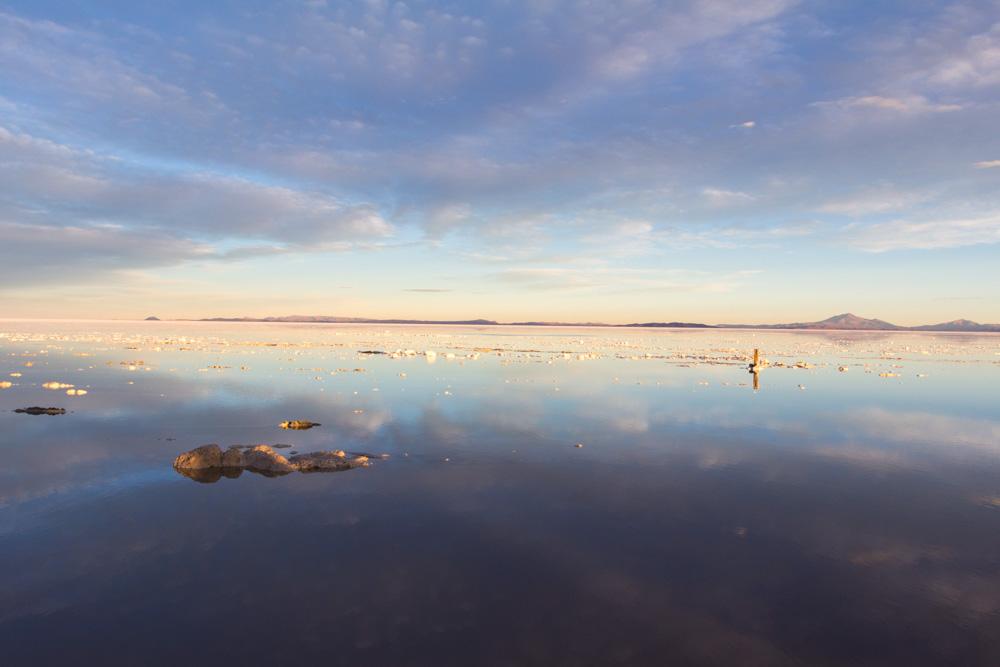 Jeux de miroir au bord du Salar d'Uyuni