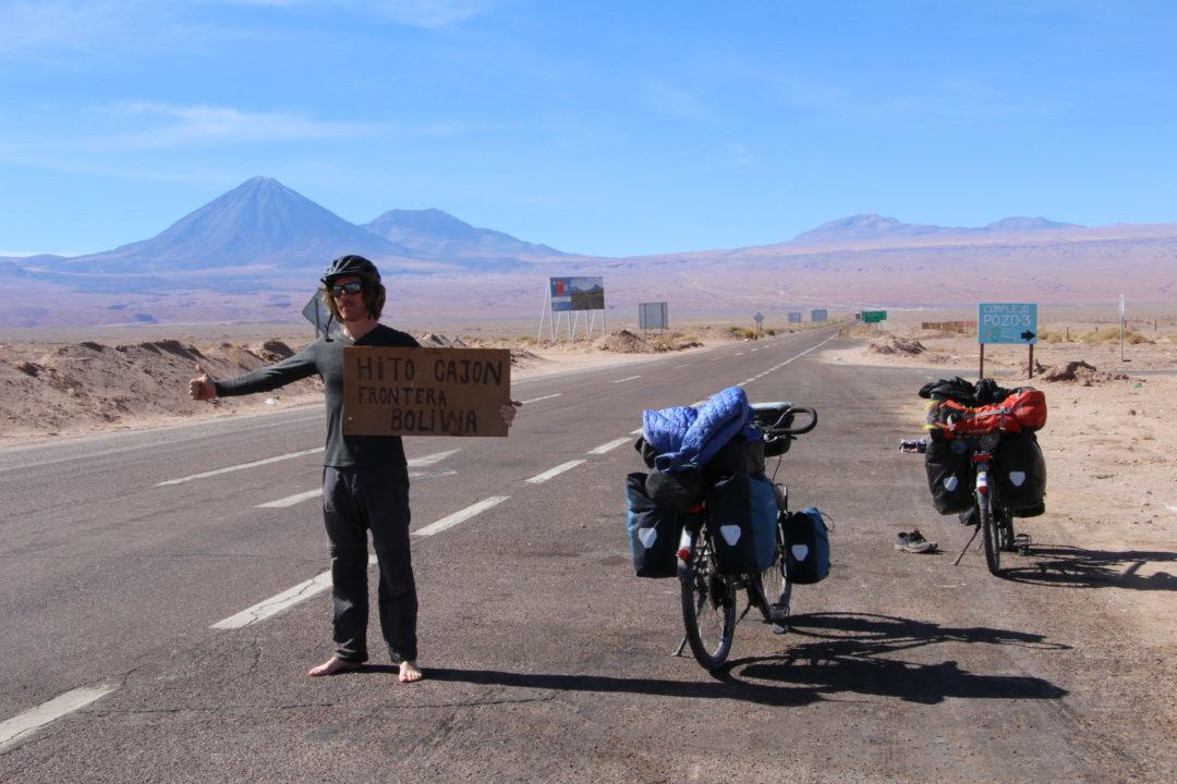 Pour rejoindre la frontière bolivienne, 2000 m de dénivelé plus haut en 35 km, nous décidons de faire du stop, sans résultat après 3h au soleil ...