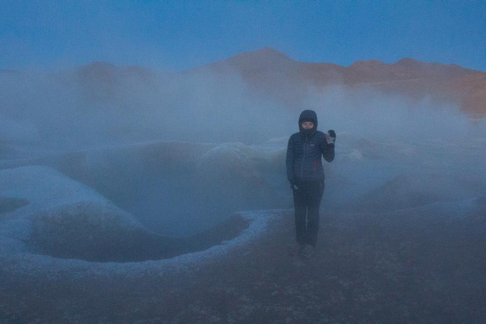 Pauline, dans les fumerolles Sol de Manana, au lever du jour