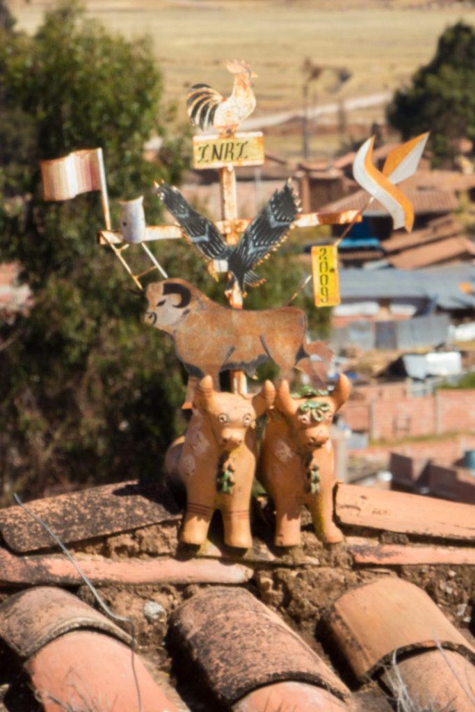 """Les """"toritos"""", petites statues posées sur le toit des maisons, pour la protection des habitants"""
