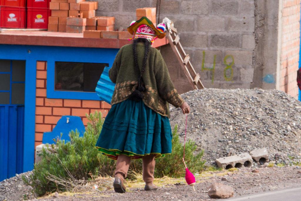 Entre Juliaca et Cusco - Péruvienne qui file de la laine