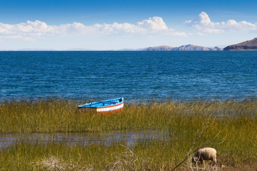 Une barque, au bord du lac Titicaca