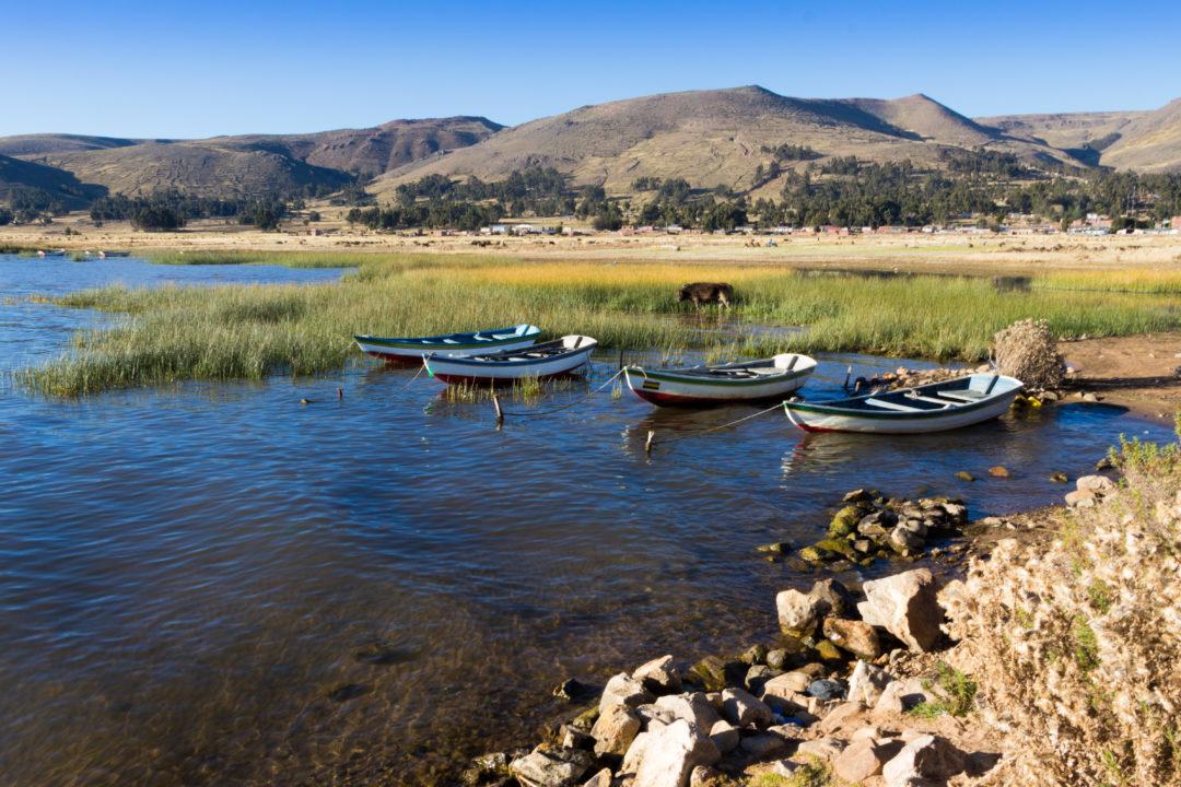 Des barques sur le lac Titicaca, à Puerto Carabuco