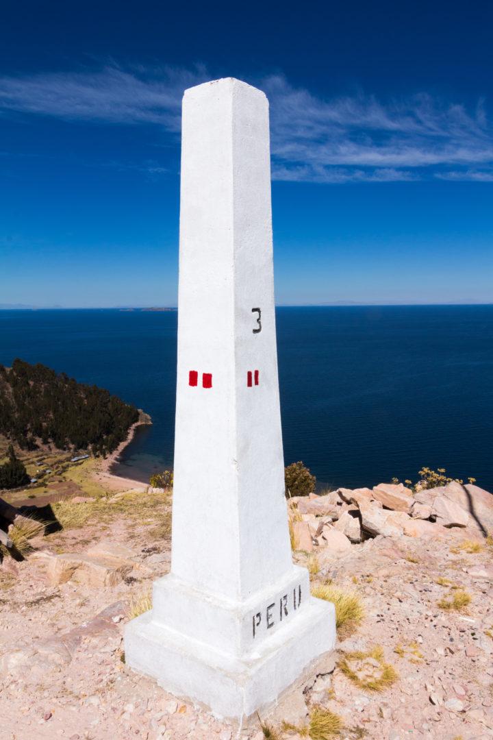 La frontière entre la Bolivie et le Pérou, sur la rive nord du lac Titicaca