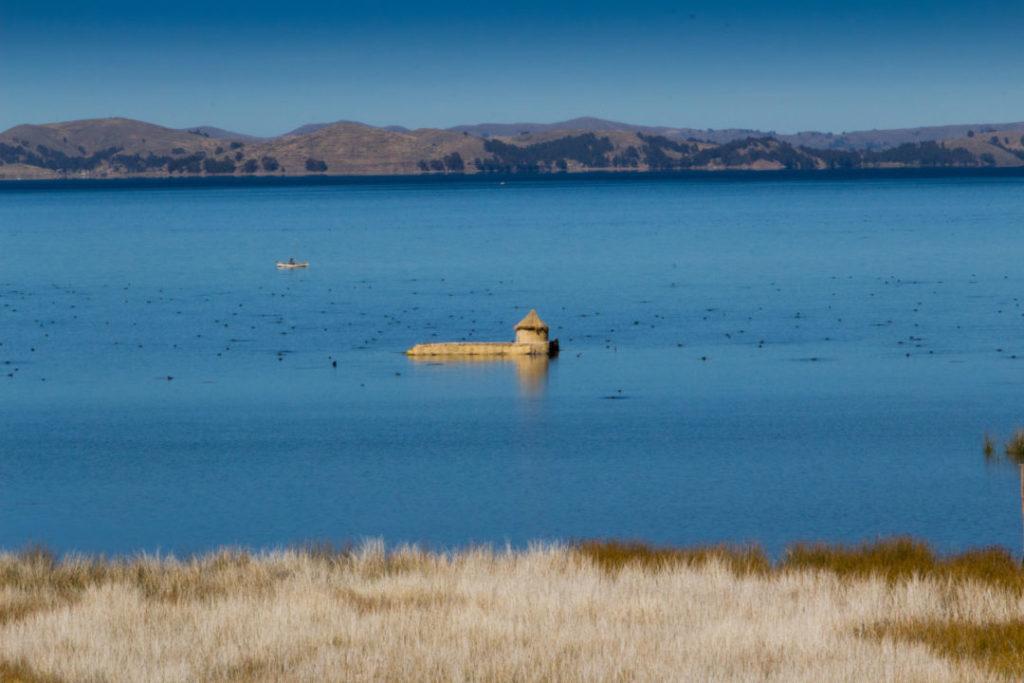 Une petite habitation de roseaux, sur le lac Titicaca