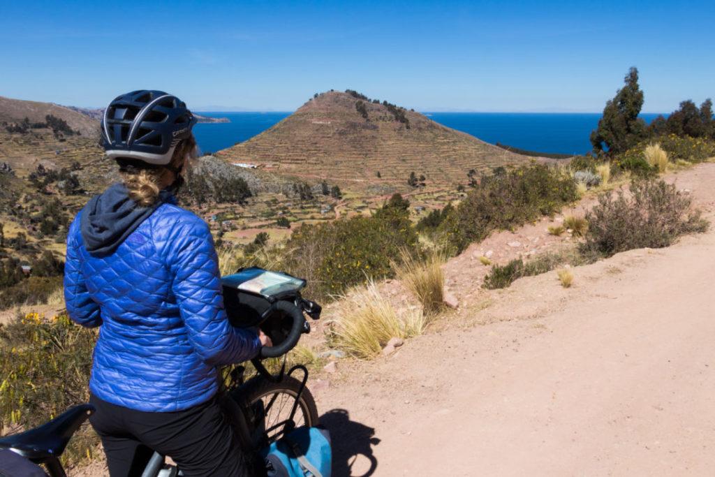 Pauline sur la piste du nord du lac Titicaca