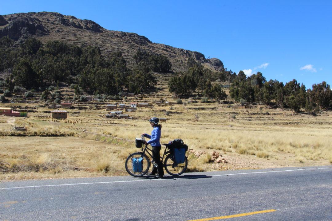 Pauline, sur la route, au nord du lac Titicaca