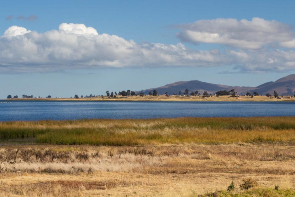 Une vue du bord du lac Titicaca, depuis la rive nord, en Bolivie