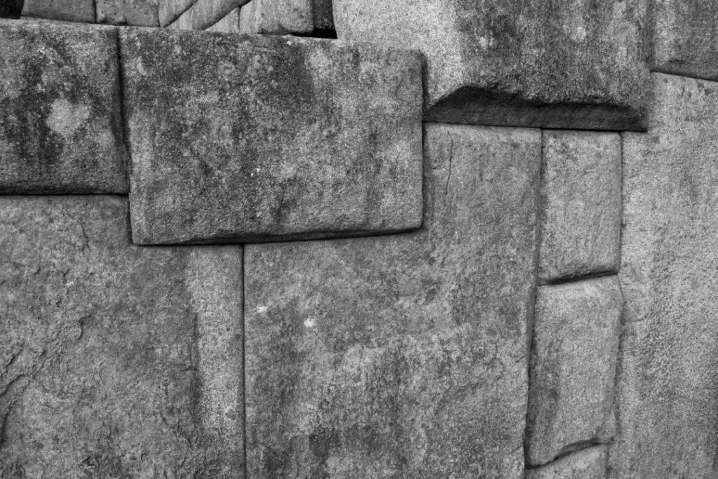 Un détail d'un mur inca, avec les découpes des pierres, au Machu Picchu
