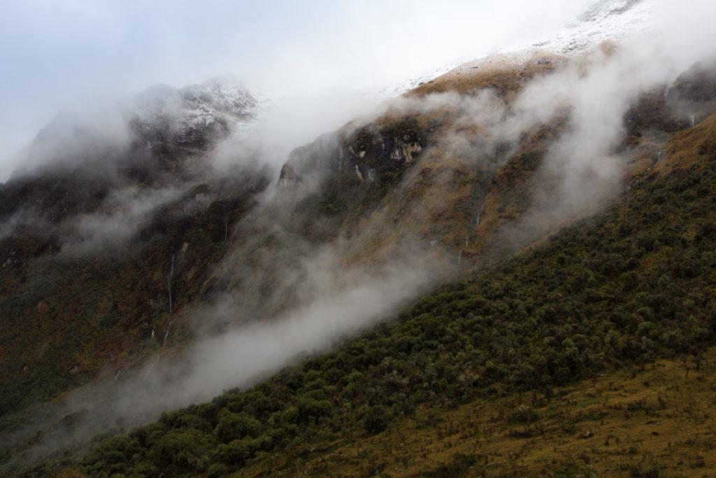 La montagne dans les nuages, avant la descente pour Chaullay