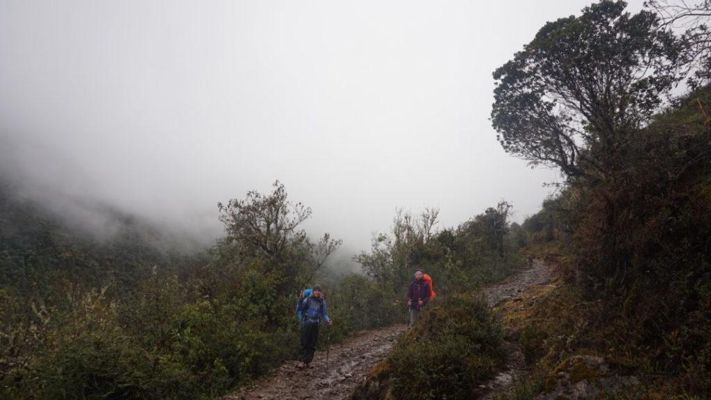 Pauline et Alix, sur le sentier boueux, sous les nuages