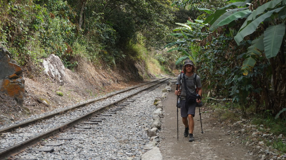 Simon, le long des rails pour aller à Aguas Calientes