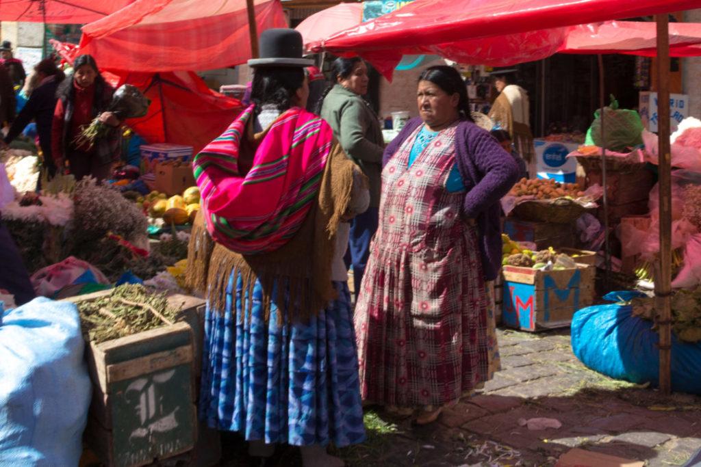 Les cholitas au marché, à La Paz : elles ne font pas vraiment rigoler !
