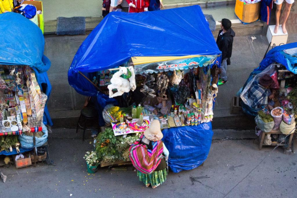 Un stand du marché des sorcières, à La Paz