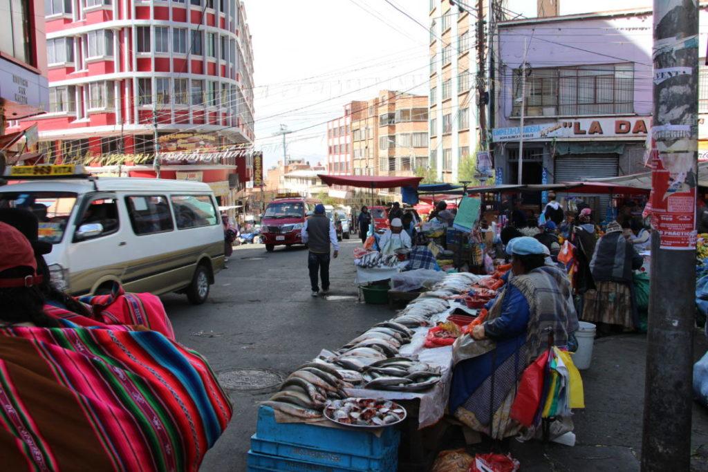 Un stand de poissons, dans la rue, à La Paz